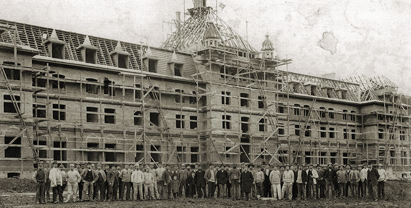 The roof tree was put up on November 1st 1898. More than 100 men worked to build the sanatorium.