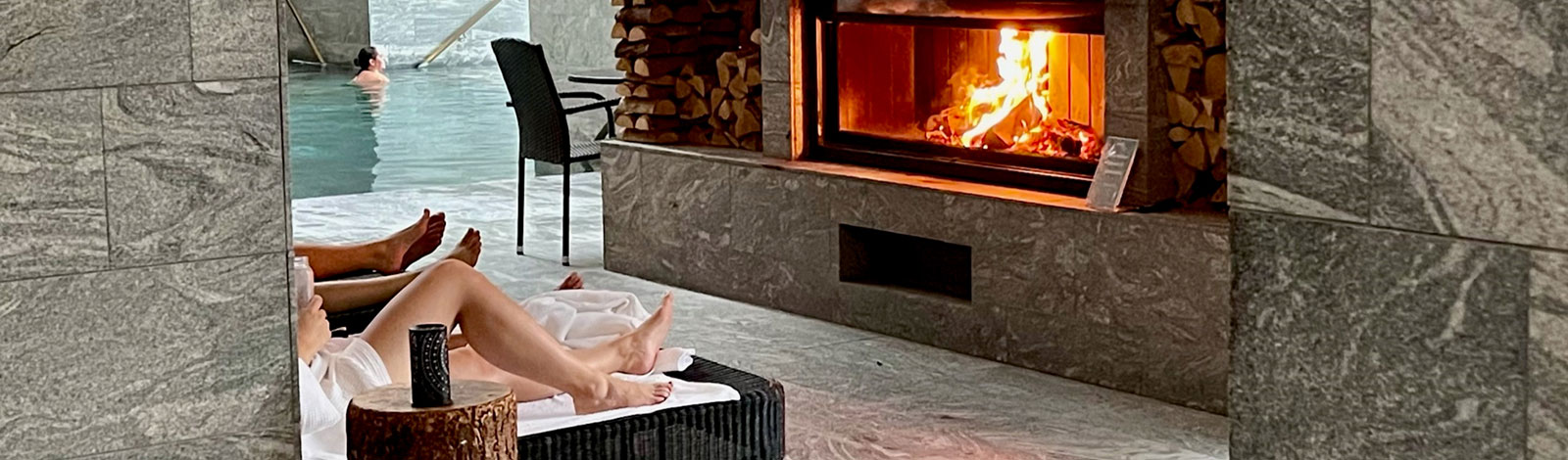 Relaxation in front of the fireplace in the thermal baths